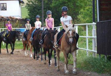 Základy dobrého sedu při jízdě na koni